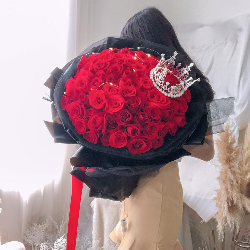 99 red roses with crown & fairy lights